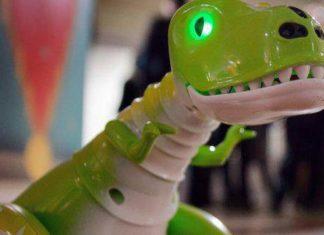 Jedna z zabawek nominowanych do nagrody - Zoomer Dino. Fot.Spin Master