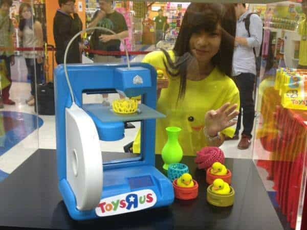 Zabawkowa drukarka 3D zaprezentowana w Hongkongu przez sieć Toys R Us.