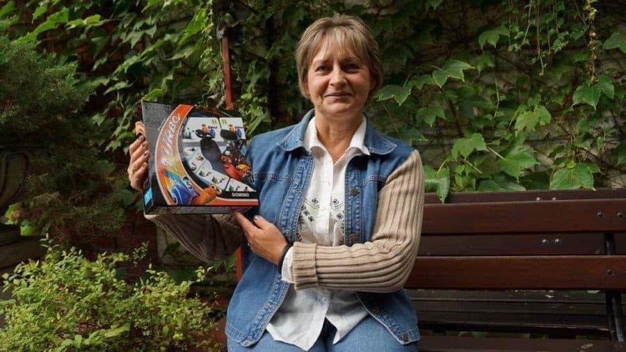 Ewa Suchanek z firmy Jawa prezentuje jeden z pierwszych egzemplarzy domina na licencji Turbo